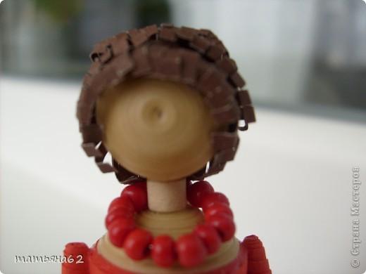 В благодарность нашей тамаде сделала куколку-тамаду квиллинговую. Очень долго мучалась с прической. Вот что получилось в результате. фото 5