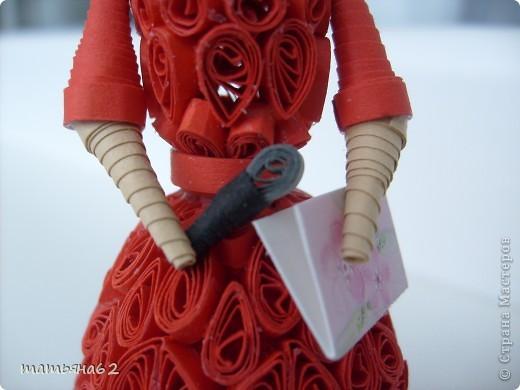 В благодарность нашей тамаде сделала куколку-тамаду квиллинговую. Очень долго мучалась с прической. Вот что получилось в результате. фото 3
