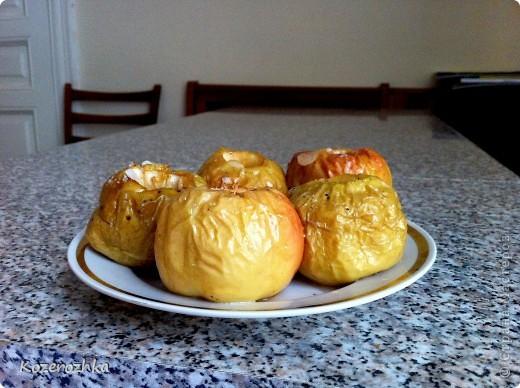 Хотела запечь с медом, но меда не оказалось.  Рецепт: яблочки моем, маленьким ножиком удаляем сердцевину и косточки (аккуратно не проткните дно, а то сироп вытечет), далее делаем сироп (теплая вода пол кружки и 5-7 чайных ложек сахара).  фото 3
