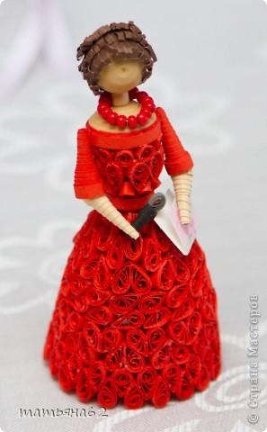 В благодарность нашей тамаде сделала куколку-тамаду квиллинговую. Очень долго мучалась с прической. Вот что получилось в результате. фото 8