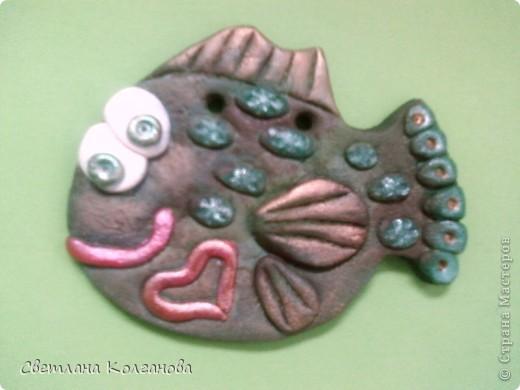 Вот такая темная рыбешка у меня выплыла. А произошло это потому, что я рисовала картину масляными красками и осталась немного неиспользованной краски зеленого и коричневого цвета, а если не использовать их сразу, то засохнут, вот и решила я в рыбке эти цвета помешать...А сверху, когда подсохло, еще расписала акриловыми красками.  фото 1