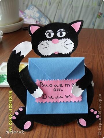 Пользователь Nataliya k и ее открытка котик с елочным шариком сподвигли меня на эту открытку. В основе шаблон указанного пользователя. Вместо шарика решила сделать конверт, в который мой семилетний сын положил листок с поздравлением. Долго не могла сделать глаза, кучу бумаги перерезала, но в результате остановилась на этих.