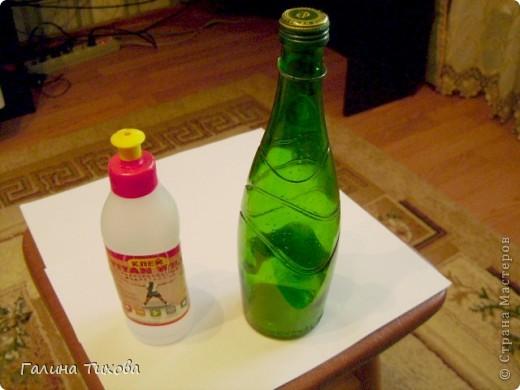 Для создания такой бутылки мне понадобилась бутылка с крышкой, клей, клеевой термопистолет, фигурные макароны, круппа, горох. фото 2