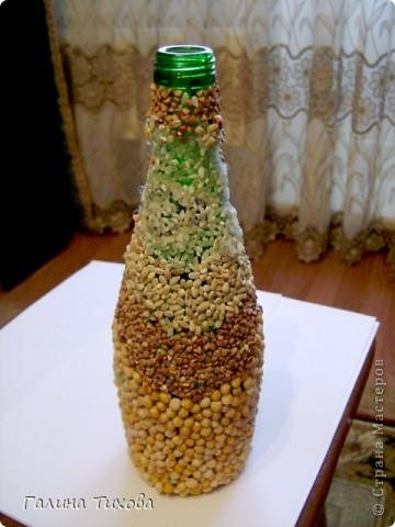 Для создания такой бутылки мне понадобилась бутылка с крышкой, клей, клеевой термопистолет, фигурные макароны, круппа, горох. фото 3