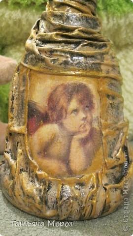Вот такая бутылочка  Кагора готовится стать подарком к Пасхальным праздникам. Пришлось ее сначала полностью раздеть, а потом одевать.... из первоначальной одежки оставила купола церкви и название вина на висящей деревяшечке. Все остальное - новье... фото 13