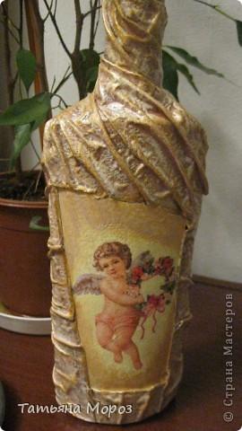 Вот такая бутылочка  Кагора готовится стать подарком к Пасхальным праздникам. Пришлось ее сначала полностью раздеть, а потом одевать.... из первоначальной одежки оставила купола церкви и название вина на висящей деревяшечке. Все остальное - новье... фото 14