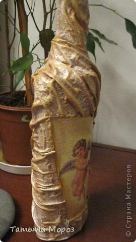 Вот такая бутылочка  Кагора готовится стать подарком к Пасхальным праздникам. Пришлось ее сначала полностью раздеть, а потом одевать.... из первоначальной одежки оставила купола церкви и название вина на висящей деревяшечке. Все остальное - новье... фото 17