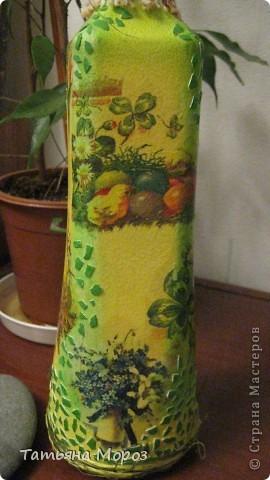 Вот такая бутылочка  Кагора готовится стать подарком к Пасхальным праздникам. Пришлось ее сначала полностью раздеть, а потом одевать.... из первоначальной одежки оставила купола церкви и название вина на висящей деревяшечке. Все остальное - новье... фото 3