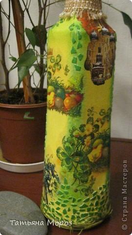 Вот такая бутылочка  Кагора готовится стать подарком к Пасхальным праздникам. Пришлось ее сначала полностью раздеть, а потом одевать.... из первоначальной одежки оставила купола церкви и название вина на висящей деревяшечке. Все остальное - новье... фото 4