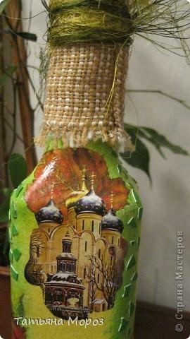Вот такая бутылочка  Кагора готовится стать подарком к Пасхальным праздникам. Пришлось ее сначала полностью раздеть, а потом одевать.... из первоначальной одежки оставила купола церкви и название вина на висящей деревяшечке. Все остальное - новье... фото 5