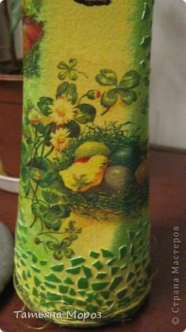 Вот такая бутылочка  Кагора готовится стать подарком к Пасхальным праздникам. Пришлось ее сначала полностью раздеть, а потом одевать.... из первоначальной одежки оставила купола церкви и название вина на висящей деревяшечке. Все остальное - новье... фото 6
