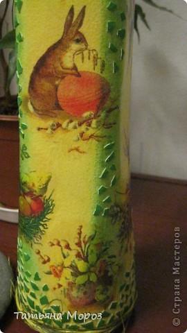 Вот такая бутылочка  Кагора готовится стать подарком к Пасхальным праздникам. Пришлось ее сначала полностью раздеть, а потом одевать.... из первоначальной одежки оставила купола церкви и название вина на висящей деревяшечке. Все остальное - новье... фото 7