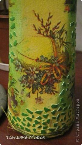 Вот такая бутылочка  Кагора готовится стать подарком к Пасхальным праздникам. Пришлось ее сначала полностью раздеть, а потом одевать.... из первоначальной одежки оставила купола церкви и название вина на висящей деревяшечке. Все остальное - новье... фото 8