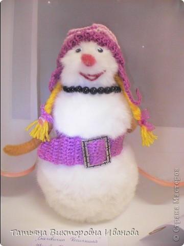 Игрушка выполнена из меха. Правда симпатичная снеговичка?