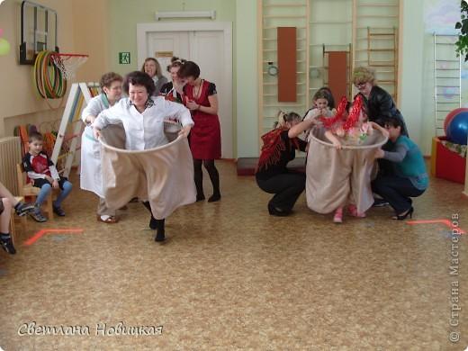 Вот такие штанишки сшили для праздничных состязаний))) На большой пластмассовый обруч пришиты огромные штаны. фото 3