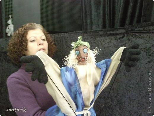 Кукла за ширмой. Лицо я лепила из глины,когда посещала кружок керамики. Одной рукой надо держать голову(под одеждой есть приспособленная для этого основа), а вторая рука задействует руки самой куклы. фото 2