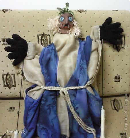Кукла за ширмой. Лицо я лепила из глины,когда посещала кружок керамики. Одной рукой надо держать голову(под одеждой есть приспособленная для этого основа), а вторая рука задействует руки самой куклы. фото 1