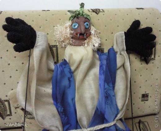 Кукла за ширмой. Лицо я лепила из глины,когда посещала кружок керамики. Одной рукой надо держать голову(под одеждой есть приспособленная для этого основа), а вторая рука задействует руки самой куклы. фото 4