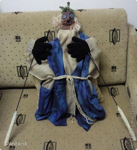 Кукла за ширмой. Лицо я лепила из глины,когда посещала кружок керамики. Одной рукой надо держать голову(под одеждой есть приспособленная для этого основа), а вторая рука задействует руки самой куклы. фото 6