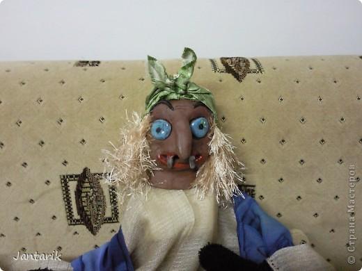Кукла за ширмой. Лицо я лепила из глины,когда посещала кружок керамики. Одной рукой надо держать голову(под одеждой есть приспособленная для этого основа), а вторая рука задействует руки самой куклы. фото 3