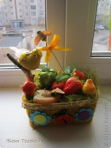 Собрала все, что было в доме)  Тут и газеты, и сизаль, и свеча-персик, и елочная игрушка-яблоко, и веточка березы, и желуди... фото 1
