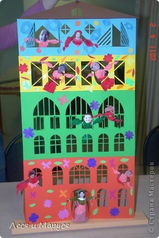 Домик сделала сама, а ребята украшали домик , делали человечков и клеили свои фотографии.Каждый этаж - времена года. Красный весна, зелёный лето, на желтом живут дети, у которых день рождения осенью и т.д. Спасибо за идею Liudik!