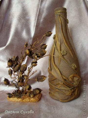 Вот попробовала сделать бутылку...что-то получилось, что-то нет... А рядом композиция из сушёных соцветий (напоминает раскрытые клювики птенчиков) дерева (не знаю названия), которое растёт в Болгарии. Концы соцветий покрасила золотой краской, а основание - залитый в формочке гипс. фото 1