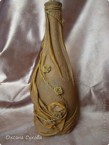 Вот попробовала сделать бутылку...что-то получилось, что-то нет... А рядом композиция из сушёных соцветий (напоминает раскрытые клювики птенчиков) дерева (не знаю названия), которое растёт в Болгарии. Концы соцветий покрасила золотой краской, а основание - залитый в формочке гипс. фото 4