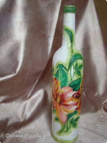Вот попробовала сделать бутылку...что-то получилось, что-то нет... А рядом композиция из сушёных соцветий (напоминает раскрытые клювики птенчиков) дерева (не знаю названия), которое растёт в Болгарии. Концы соцветий покрасила золотой краской, а основание - залитый в формочке гипс. фото 6