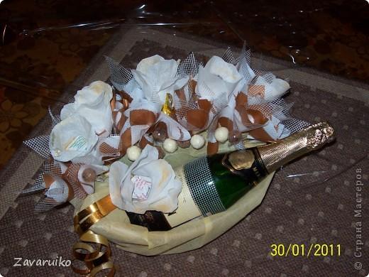 Бутылка в конфетном обрамление