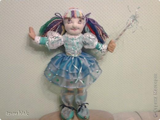 Кукла задумывалась вся такая радужная, но... Когда пришло время надевать платье, она категорически отказалась рядиться в цветные платья. Ей хотелось всего голубого. Оказывается, ее полный титул звучит несколько длиннее: Фея Радуги и Чистого неба после дождя. Вот так, и никак иначе! фото 1