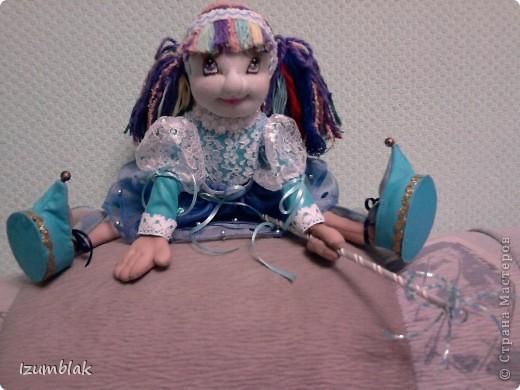 Кукла задумывалась вся такая радужная, но... Когда пришло время надевать платье, она категорически отказалась рядиться в цветные платья. Ей хотелось всего голубого. Оказывается, ее полный титул звучит несколько длиннее: Фея Радуги и Чистого неба после дождя. Вот так, и никак иначе! фото 2