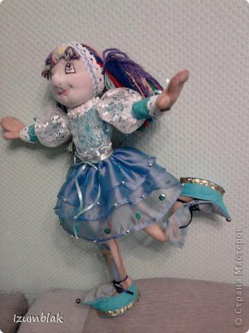 Кукла задумывалась вся такая радужная, но... Когда пришло время надевать платье, она категорически отказалась рядиться в цветные платья. Ей хотелось всего голубого. Оказывается, ее полный титул звучит несколько длиннее: Фея Радуги и Чистого неба после дождя. Вот так, и никак иначе! фото 3