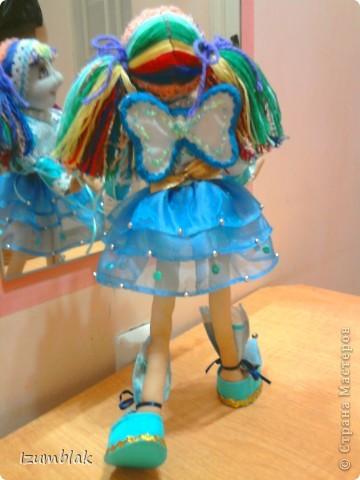 Кукла задумывалась вся такая радужная, но... Когда пришло время надевать платье, она категорически отказалась рядиться в цветные платья. Ей хотелось всего голубого. Оказывается, ее полный титул звучит несколько длиннее: Фея Радуги и Чистого неба после дождя. Вот так, и никак иначе! фото 4