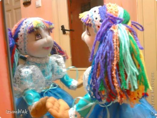 Кукла задумывалась вся такая радужная, но... Когда пришло время надевать платье, она категорически отказалась рядиться в цветные платья. Ей хотелось всего голубого. Оказывается, ее полный титул звучит несколько длиннее: Фея Радуги и Чистого неба после дождя. Вот так, и никак иначе! фото 5