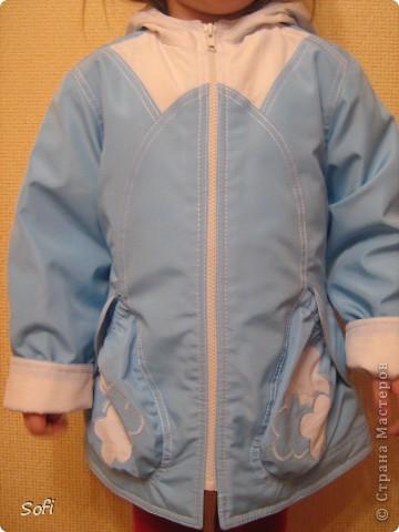 Вот такая курточка у меня получилась для моей принцессы. С приходом весны оказалось что за зиму выросли практически из всех имеющихся курток, на глаза попалась голубая плащёвка из старых запасов( когда то отдала одна знакомая которая не нашла ей применение) мной был приобретён небольшой кусочек белой плащёвки и вот в результате получилась симпатично яркая куртка для дочки. фото 3