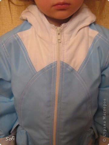 Вот такая курточка у меня получилась для моей принцессы. С приходом весны оказалось что за зиму выросли практически из всех имеющихся курток, на глаза попалась голубая плащёвка из старых запасов( когда то отдала одна знакомая которая не нашла ей применение) мной был приобретён небольшой кусочек белой плащёвки и вот в результате получилась симпатично яркая куртка для дочки. фото 4