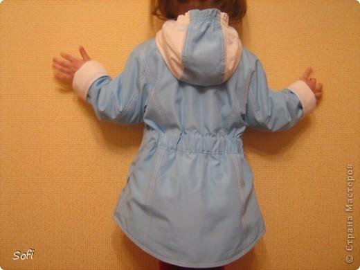 Вот такая курточка у меня получилась для моей принцессы. С приходом весны оказалось что за зиму выросли практически из всех имеющихся курток, на глаза попалась голубая плащёвка из старых запасов( когда то отдала одна знакомая которая не нашла ей применение) мной был приобретён небольшой кусочек белой плащёвки и вот в результате получилась симпатично яркая куртка для дочки. фото 2