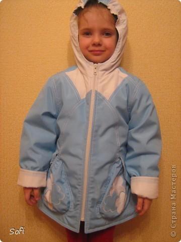 Вот такая курточка у меня получилась для моей принцессы. С приходом весны оказалось что за зиму выросли практически из всех имеющихся курток, на глаза попалась голубая плащёвка из старых запасов( когда то отдала одна знакомая которая не нашла ей применение) мной был приобретён небольшой кусочек белой плащёвки и вот в результате получилась симпатично яркая куртка для дочки. фото 1