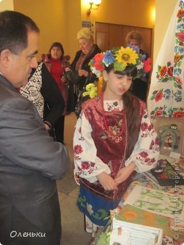 Оленька рассказывает гостям о своих работах  Фото маленькое, случайно нашли в интернете!!!! фото 2