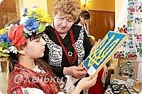 Оленька рассказывает гостям о своих работах  Фото маленькое, случайно нашли в интернете!!!! фото 1