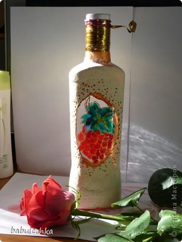 Роза с виолой.Эту 4-х гранную бутылку можно использовать в  качестве вазочки для одного цветка. фото 7