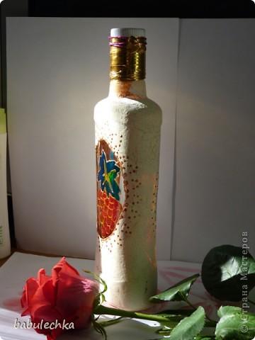 Роза с виолой.Эту 4-х гранную бутылку можно использовать в  качестве вазочки для одного цветка. фото 6