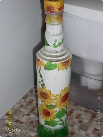 У друзей после застолья осталась бутылочка, очень мне понравилась решила домой забрать. Сама прозрачная , а дно зеленым выкрашено.Думала, думала куда ее пристроить и вспомнила, что у меня под масло растительное ничего нет. фото 4