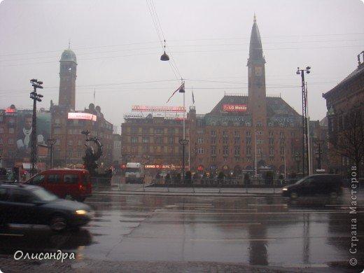 Решила продолжить серию фоторепортажей, посвященных разным городам...  Начало здесь...   http://stranamasterov.ru/blog/34319/292 ********************************************* Копенгаген-это один из старейших  и самых больших городов Дании ( 500 тыс.жителей), а также самая тихая и умиротворенная столица в Европе.  Мы успели в этом убедиться за несколько часов, проведенных в этом приятном городе...Но , к сожалению, увидели очень мало...   фото 11