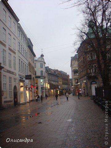 Решила продолжить серию фоторепортажей, посвященных разным городам...  Начало здесь...   http://stranamasterov.ru/blog/34319/292 ********************************************* Копенгаген-это один из старейших  и самых больших городов Дании ( 500 тыс.жителей), а также самая тихая и умиротворенная столица в Европе.  Мы успели в этом убедиться за несколько часов, проведенных в этом приятном городе...Но , к сожалению, увидели очень мало...   фото 16