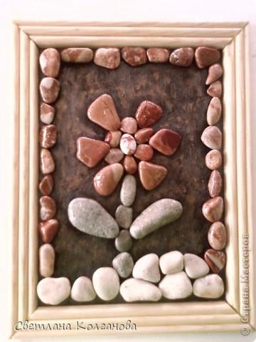 Приближается лето и я начала делать сувениры из камней и ракушек. Решила попробовать сделать из маленьких камешков цветочек. Сначала думала покрыть дополнительно какой-нибудь краской, но очень хотелось показать природную красоту самих камней. Сверху их вскрыла лаком из баллончика, так как в сухом состоянии узоров не видно и цвет теряется. фото 1