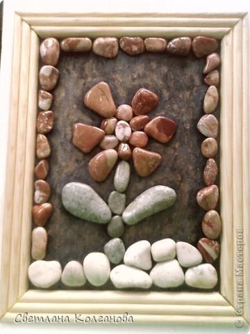 Приближается лето и я начала делать сувениры из камней и ракушек. Решила попробовать сделать из маленьких камешков цветочек. Сначала думала покрыть дополнительно какой-нибудь краской, но очень хотелось показать природную красоту самих камней. Сверху их вскрыла лаком из баллончика, так как в сухом состоянии узоров не видно и цвет теряется. фото 2