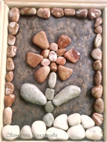 Приближается лето и я начала делать сувениры из камней и ракушек. Решила попробовать сделать из маленьких камешков цветочек. Сначала думала покрыть дополнительно какой-нибудь краской, но очень хотелось показать природную красоту самих камней. Сверху их вскрыла лаком из баллончика, так как в сухом состоянии узоров не видно и цвет теряется. фото 3