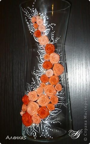 Вот собственно и сама ваза. К сожалению, цвета на фото переданы не совсем верно.. более нежные оттенки получились, а тут такие насыщенно-морковные..  Ваза сделана в подарок любимой свекрови. Уже подарена и именинница в полном восторге :) Теперь представляю на ваш суд: фото 1